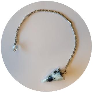 pendelen met een maansteen kwarts pendel